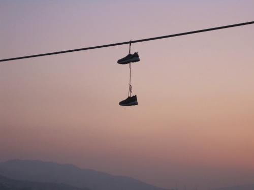 shoe_hanging_from_power_lines